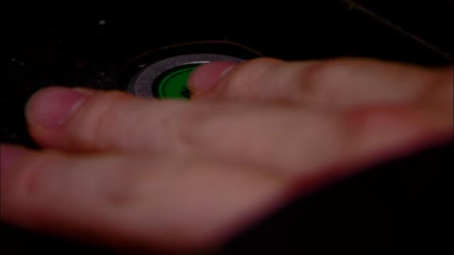 an operator presses an on power button. - 押しボタン点の映像素材/bロール