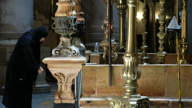an orthodox christian worshipper prays in front of the edicule which encloses what is believed to be the tomb of jesus christ inside the church of... - worshipper stock videos & royalty-free footage