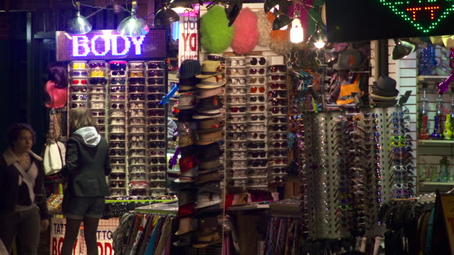 stockvideo's en b-roll-footage met an outdoor sunglass and novelty shop by cooper union in new york. - marktkoopman