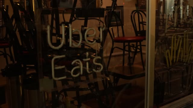 vídeos y material grabado en eventos de stock de an uber eats sign is turned off at a restaurant during the coronavirus pandemic on april 3, 2020 in washington, dc. the district of columbia has... - virginia estado de los eeuu
