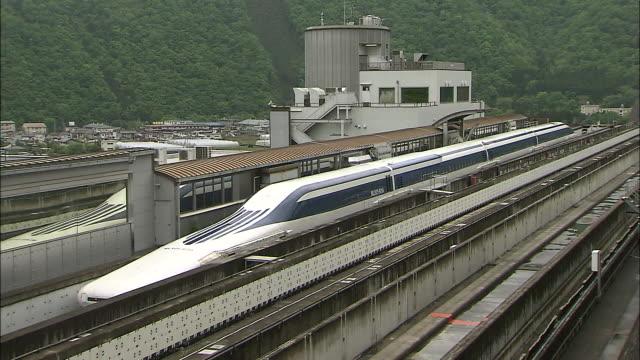 vidéos et rushes de an ultra longnose model linear motor car stops on the maglev train test line in japan - préfecture de yamanashi
