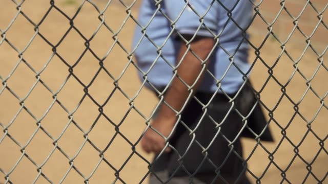 vídeos y material grabado en eventos de stock de an umpire at a little league baseball game. - guante de béisbol