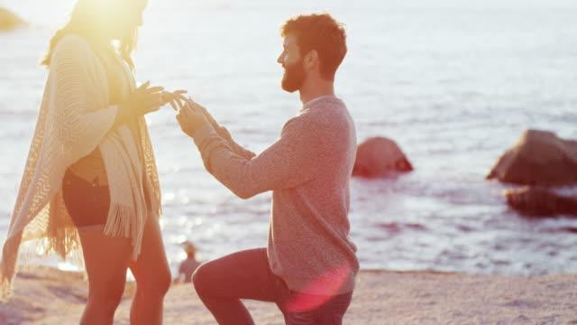 vídeos de stock e filmes b-roll de an unforgettable ring for an unforgettable moment - noiva