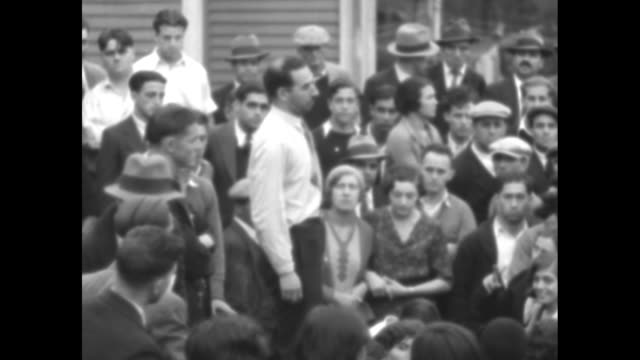 vidéos et rushes de an unidentified speaker gestures emphatically as he addresses a crowd of people outdoors / note exact year not known documentation incomplete - actualités cinématographiques