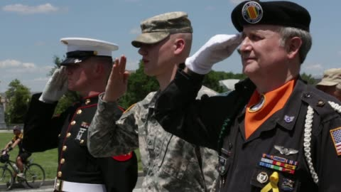 stockvideo's en b-roll-footage met an unidentified u.s. marine, u.s. army private 1st class colin morris and vietnam veteran color guard james cloyes salute as participants of the... - salueren