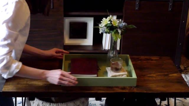 vidéos et rushes de une femme méconnaissable nettoie soigneusement la table dans son salon - bureau ameublement