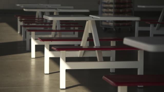 vídeos y material grabado en eventos de stock de an unrecognizable worker moves stock behind outdoor seating at a costco warehouse, usa. - grupo mediano de objetos