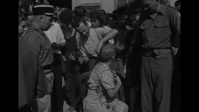 vídeos de stock e filmes b-roll de vs an upset woman has an emotional talk with a man as villagers look on her hair is cut off with clippers another defiant woman has the same done to... - punição