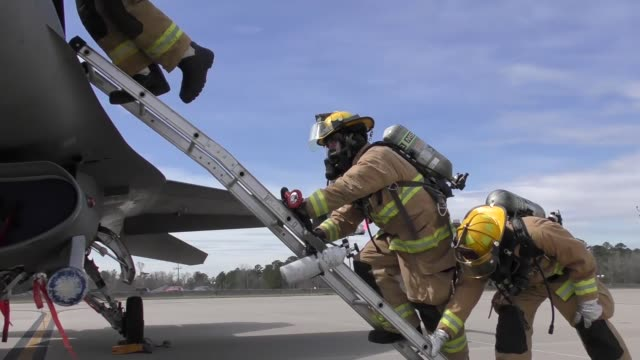 vídeos de stock, filmes e b-roll de an us air force pilot assigned to the south carolina air national guards 157th fighter squadron is rescued by firefighters from the cockpit of an f16... - cilindro veículo terrestre comercial
