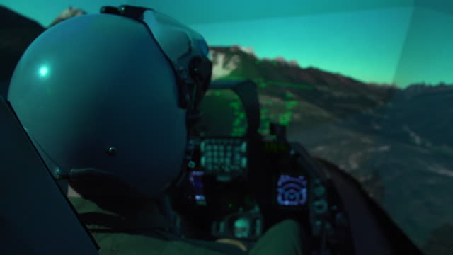 vídeos y material grabado en eventos de stock de an us air force pilot conducts training in an f-16 fighting falcon simulator at arlington, texas. the simulator models all of the fighter aircrafts... - avión militar