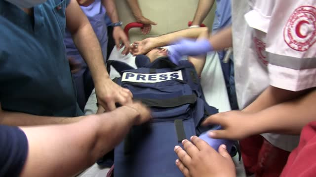 anadolu agency photojournalist mohammad dahlan sustained shrapnel injures on wednesday from an israeli missile attack on the gaza strip. dahlan was... - striscia di gaza video stock e b–roll
