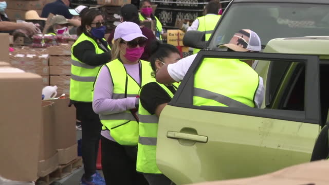 vídeos y material grabado en eventos de stock de ktla anaheim los angeles ca us free drive thru food distribution in anaheim on saturday april 4 2020thousands of people in orange county are... - fila arreglo