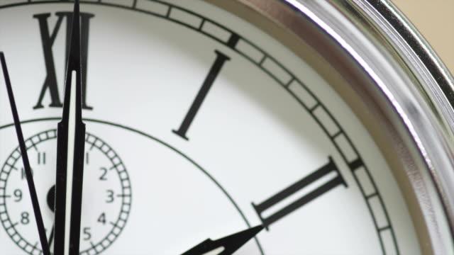analog clock w/ roman numeral numbers clock hands displaying approximately 201 second hand ticking - romersk siffra bildbanksvideor och videomaterial från bakom kulisserna