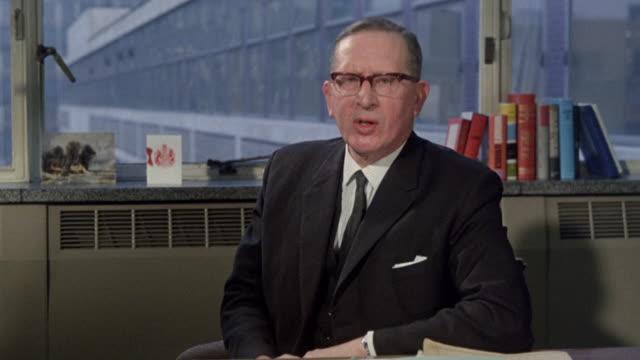 vídeos y material grabado en eventos de stock de 1968 zi analyst discussing the export service industry / london, england - export palabra en inglés