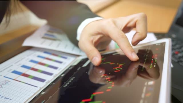vidéos et rushes de analyse des statistiques financières - investissement