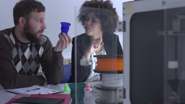 vídeos de stock, filmes e b-roll de análise de objetos de impressora 3d - digitalização 3d