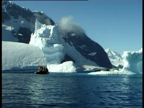 vídeos y material grabado en eventos de stock de anarctic coastline, icebergs and crabeater seals (lobodon carcinophagus) pleaneau bay, antarctic peninsula, antarctica - recostarse