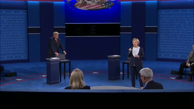 cnn anchor anderson cooper and abc news correspondent martha raddatz moderate as democratic party presidential candidate hillary clinton and... - debatte stock-videos und b-roll-filmmaterial