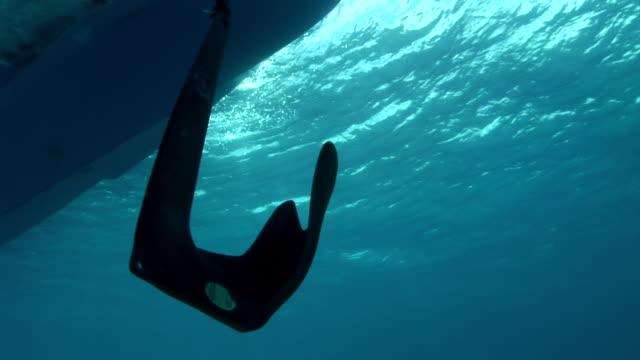 vídeos de stock e filmes b-roll de ms ds anchor being dropped to ocean floor  audio / florida, united states - ancora