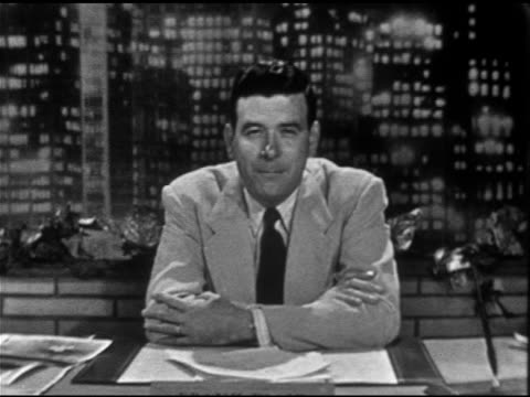 vídeos de stock e filmes b-roll de anchor frank blair sitting behind desk on set w/ cityscape bg sot talking about past political programs this report on unidentified flying objects... - ovni