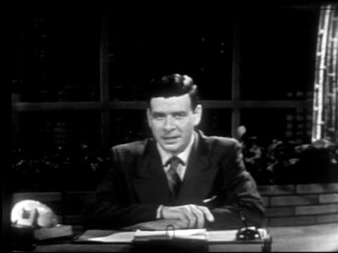 vidéos et rushes de anchor frank blair sitting behind desk on set w/ night cityscape bg sot talking about three months of programs covering 1952 presidential campaign... - 1952