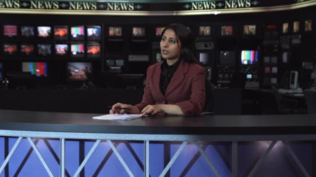 vídeos de stock, filmes e b-roll de ms anchor reading news at camera, dallas, texas, usa - apresentador de noticiário