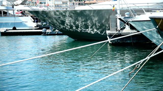 Bateaux ancrés dans le port.