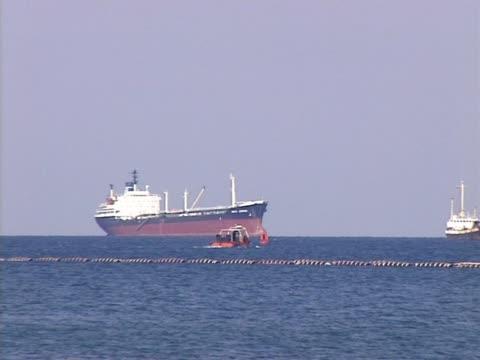 停泊中の石油タンカーに海 - 石油産業点の映像素材/bロール