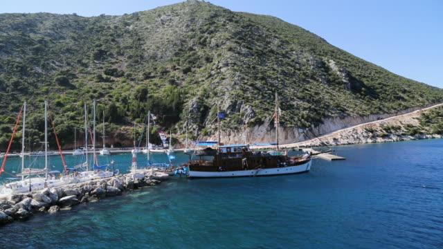 stockvideo's en b-roll-footage met verankerde passagiersboot drijvend op kleine vissers steiger - anchored