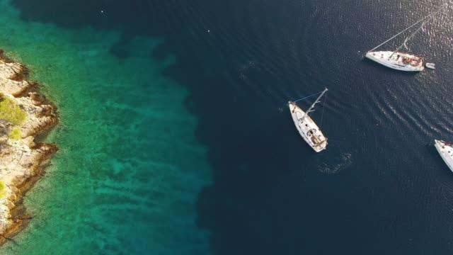 上空から見た海岸沿いに停泊するヨット岩