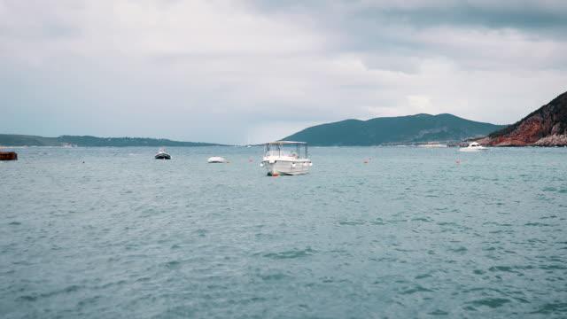 stockvideo's en b-roll-footage met verankerde boot op zee - anchored