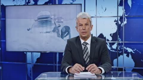 vídeos y material grabado en eventos de stock de anchorman de ld que presenta noticias de última hora en una severa tormenta de nieve - periodista
