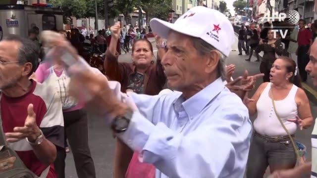 vídeos de stock e filmes b-roll de ancianos bloquearon calles el miercoles en varias ciudades de venezuela para exigir al gobierno que el pago de sus pensiones se realice en efectivo... - exigir