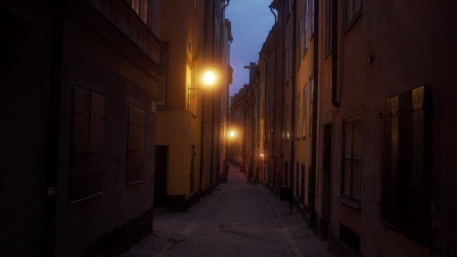 vidéos et rushes de ancient alleyways of oldtown stockholm - étroit