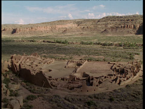 ancient anasazi indian ruins, chaco canyon, new mexico - südwestliche bundesstaaten der usa stock-videos und b-roll-filmmaterial
