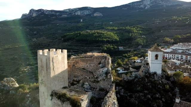 vídeos de stock e filmes b-roll de ancient castle in guadalest at sunset, spain. drone video - castelo
