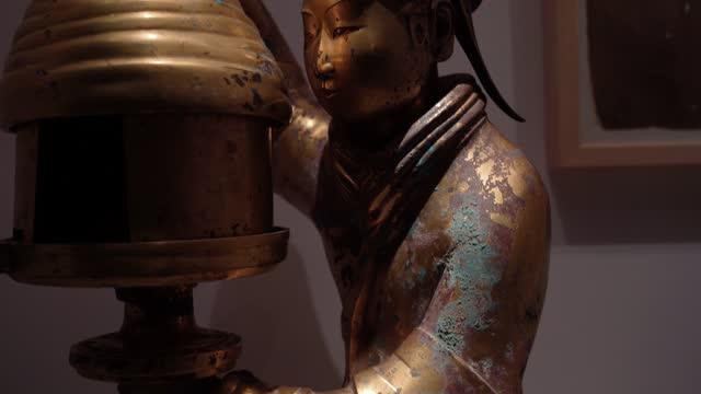 古代中国金箔青銅の人間型ランプ - 古代の遺物点の映像素材/bロール