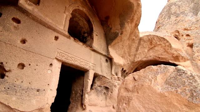vídeos de stock, filmes e b-roll de antiga igreja do monastério selime esculpido de chaminés de fada - arcaico