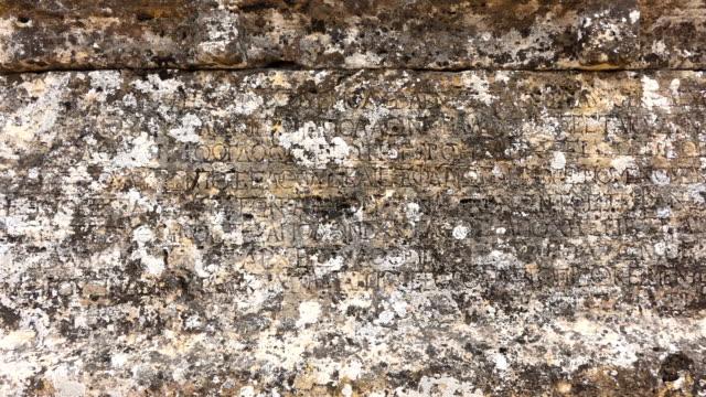 vídeos y material grabado en eventos de stock de antigua inscripción griega en pamukkale hierapolis - talla