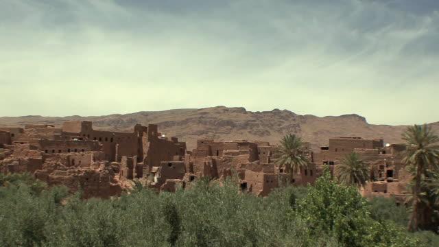 vídeos y material grabado en eventos de stock de ws pan ancient kasbah and oasis, el kaala mgouna, morocco - vista de población