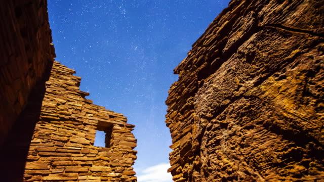 vidéos et rushes de ancient native american ruins and stars at night, timelapse - culture pueblo
