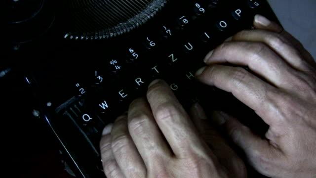 hd: alte büro arbeiten - schriftsteller stock-videos und b-roll-filmmaterial