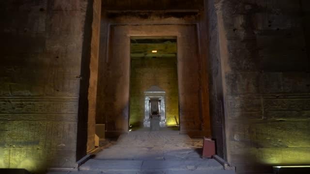 vídeos de stock, filmes e b-roll de antiga passagem do templo de edfu em luxor. egito - templo