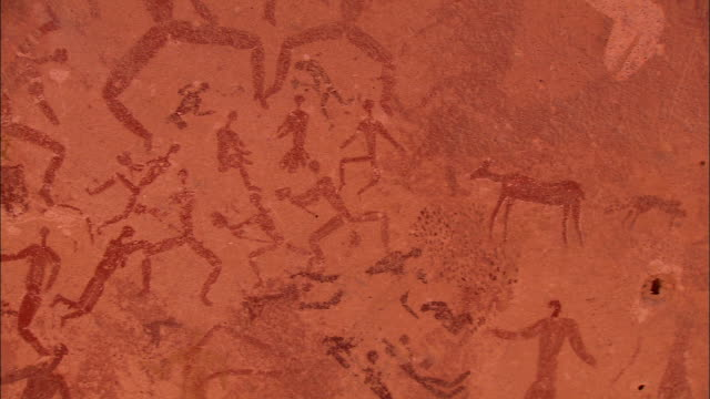 vidéos et rushes de ancient pictographs on sandstone depict many human and animal forms. - antique