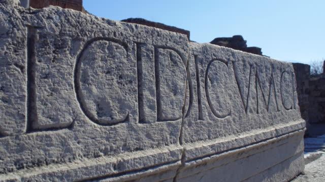 ancient pompeii ruins in italy - pietra materiale da costruzione video stock e b–roll
