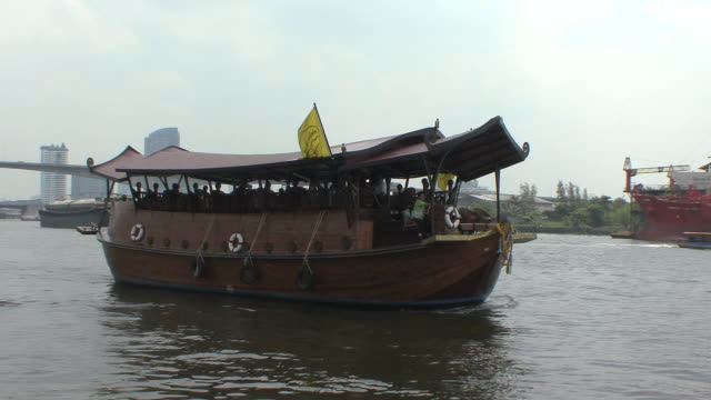 ws ancient rice barge on chao phraya river, bangkok, thailand - barge stock videos & royalty-free footage