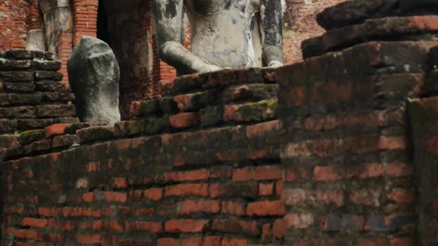 stockvideo's en b-roll-footage met oude ruïnes van boeddhistische tempel in thailand - rond de 15e eeuw