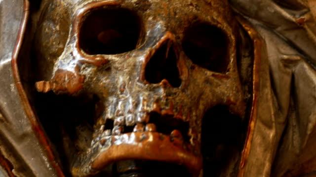 vídeos de stock, filmes e b-roll de scull antiga escultura portátil, close-up fotografia - saúde dental