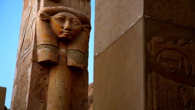 vídeos de stock, filmes e b-roll de escultura de hatshepsut do antigo templo de hatshepsut egito - templo de hatshepsut