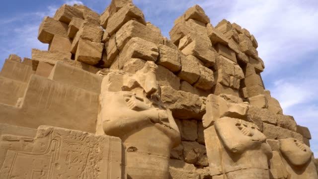 vidéos et rushes de sculptures antiques du temple de karnak à louxor. égypte - temple